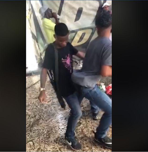 Traficante da rocinha é flagrado rebolando no colo de amigo;