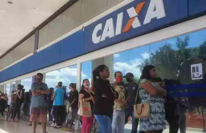 Fila por auxílio emergencial no Lago Norte, em Brasília:. Foto: Carlos Vieira/CB/D.A Press