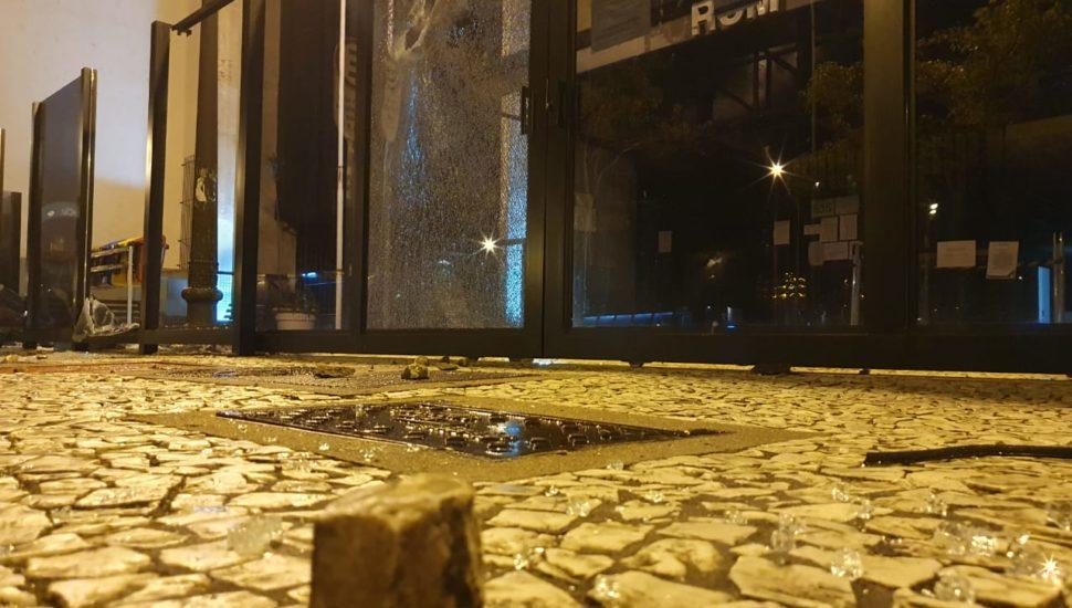 Protesto em Curitiba tem queima de bandeira do Brasil, pedras em agências, tiros e bombas da PM
