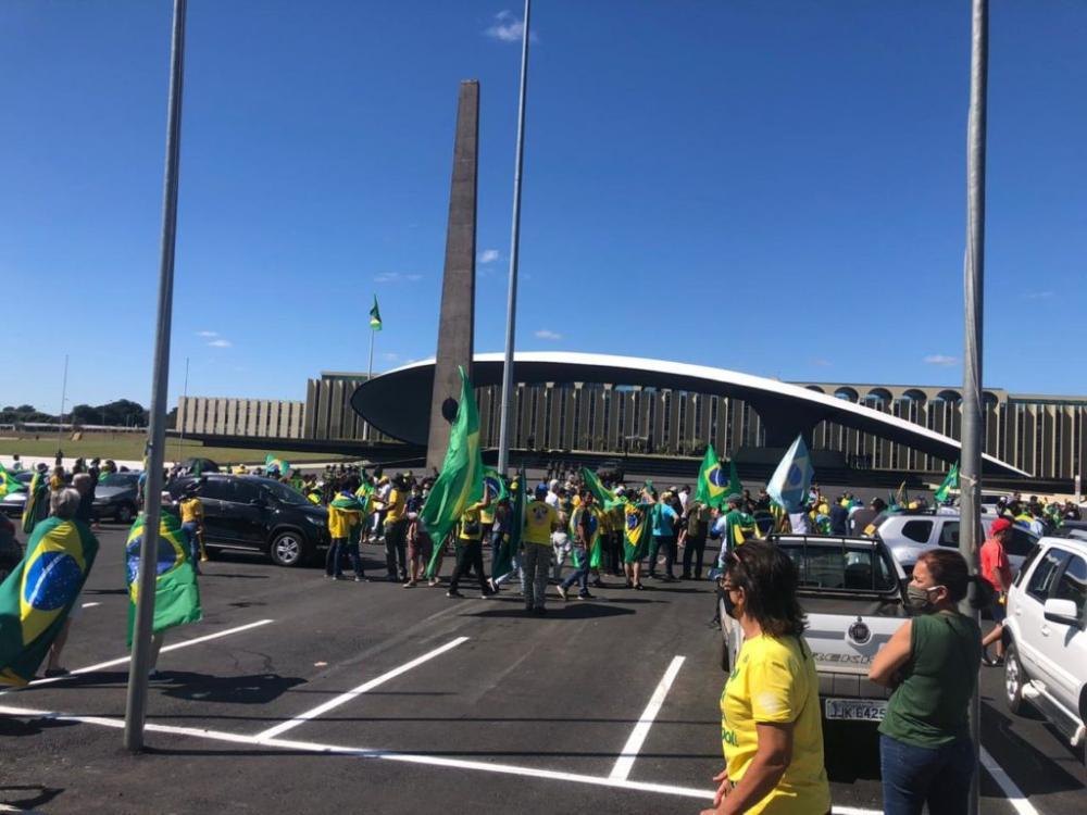 Manifestantes favoráveis a Bolsonaro mudam manifestação e fazem ato em frente o QG do Exército