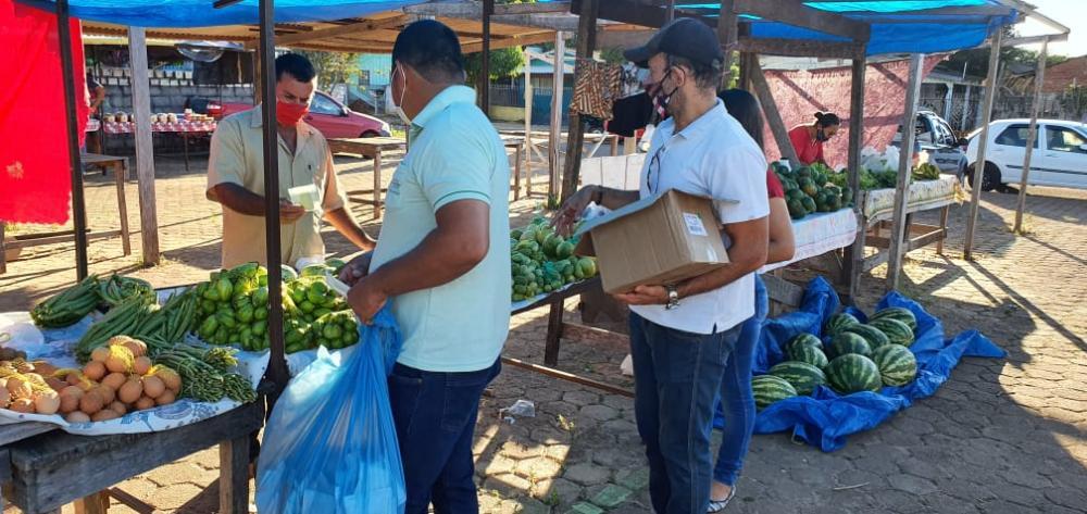 Feirantes recebem álcool em gel e máscaras da Secretaria de Agricultura e Meio Ambiente