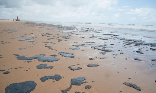 Óleo em praia do Sergipe no começo do ano (Foto: Adema/Gov. Sergipe)