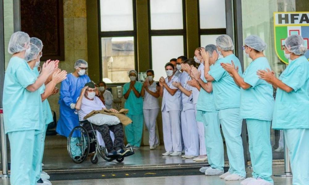 O senhor Ermando Piveta, de 99 anos, ex-integrante da Força Expedicionária Brasileira (FEB), recebeu alta da COVID-19 no Hospital das Forças Armadas (HFA). Divulgação
