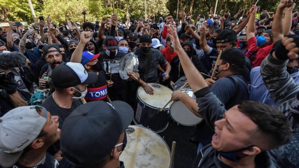 Após atos de rua, torcidas se embalam e irão se aventurar nas urnas