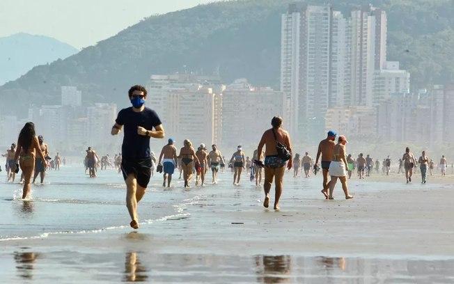 Praias de Santos lotam após flexibilização das restrições